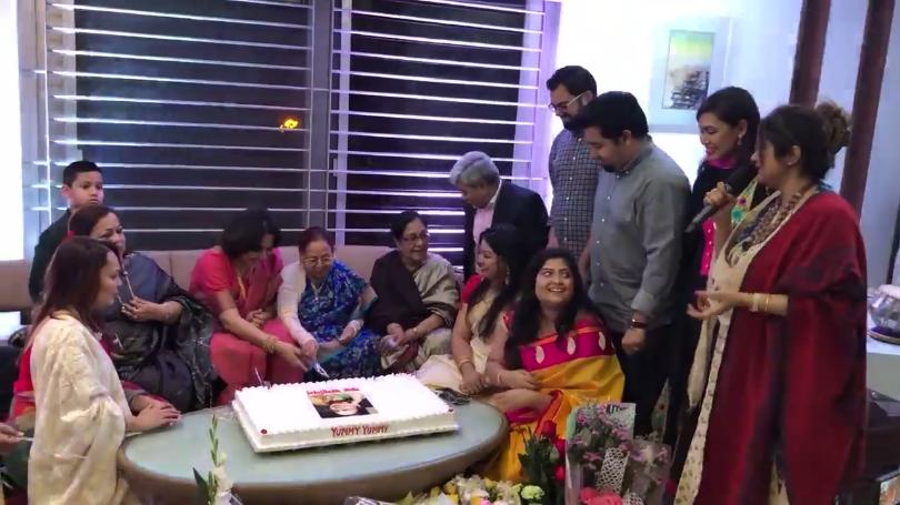 জন্মদিনের কেক কাটছেন প্রখ্যাত কথাসাহিত্যিক রাবেয়া খাতুন